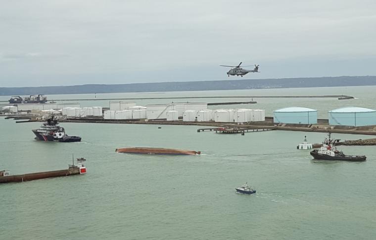Échouée au large de Cherbourg et ramenée au Havre, la coque du Britannica Hav a été retournée