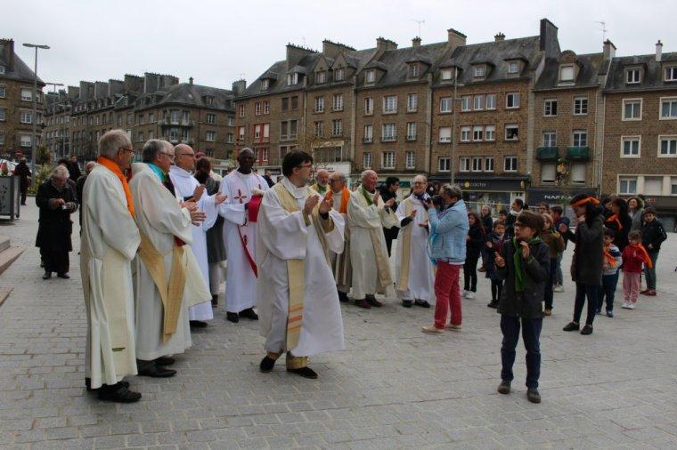 EN IMAGES. Insolite : La paroisse de Flers organise un flashmob à la sortie de la messe