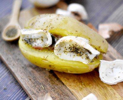 Pomme de terre au four farcie, champignons, lardons et petits oignons