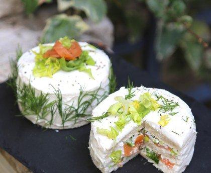 Salade de chou fleur au sésame et Sandwich cakes indivuels au saumon fumé et aux herbes