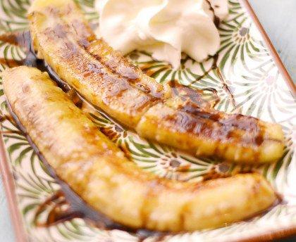 Bananes flambées simples et très rapides et Salade de mâche, champignons et canard