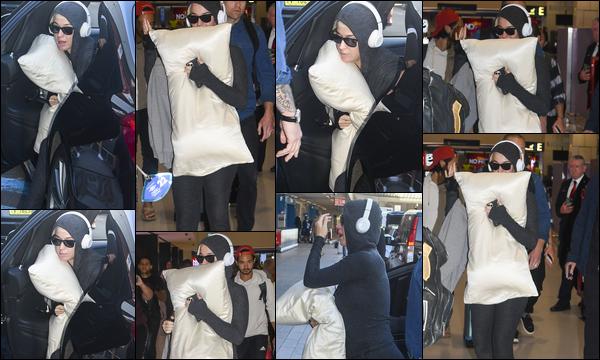 ● 12/03/2020 : Katy Perry dans une tenue décontractée s'est dirigée à l'aéroport de Sydney situé en Australie  Katy Perry a pris un vol pour rentrer à Los Angeles, par crainte de l'épidémie de Coronavirus qui sévit en ce moment.