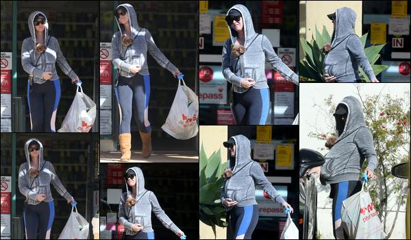 ● 21/03/2020 : Katy Perry portant un sac s'est rendue dans une pharmarcie situé dans la ville de Los Angeles  Encore une sortie de Katy. Elle avait son chien caché sous son sweat et avait une tenue décontractée c'est un petit bof