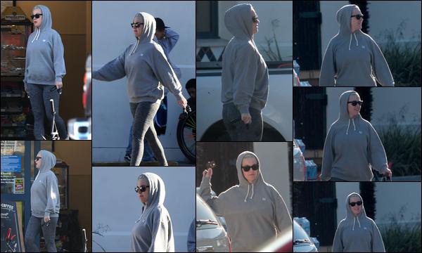 ● 20/03/2020 : Katy Perry a été photographiée se rendant dans une station essence située dans Los Angeles  Katy avait une tenue décontractée plutôt confortable car elle avait un sweat et un jogging - Pour sa tenue c'est un bof