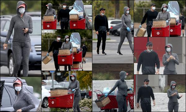 ● 18/04/2020 : Katy Perry et son fiancé Orlando Bloom ont été faire quelques courses dans ▬ Los Angeles C'est avec leurs masques de protection que la future maman et Orlando ont été faire leurs achats au magasin Target