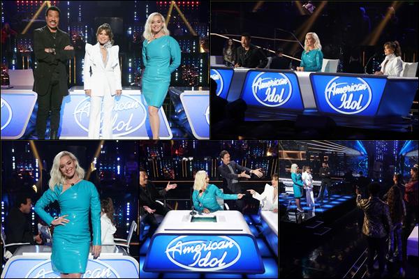 ● 12/04/2021 : Katy Perry était sur le plateau de l'émission « American Idol » dans laquelle elle y est jurée  Katy était sublime dans sa robe moulante turquoise ! On peut voir que la belle a le sourire et rit aux éclats ça fait plaisir