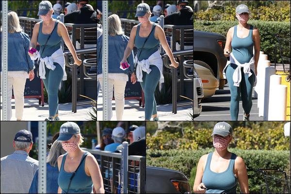 ● 29/03/2021 : Katy Perry a été photographiée faisant un peu de shopping dans la ville de ▬ Santa Barbara  Katy avait une tenue plutôt sportive dont je ne suis pas fan du tout, elle nous a habituée à mieux c'est un flop pour moi !