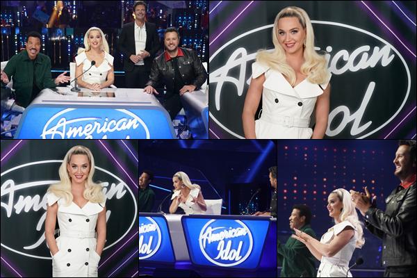 ● 05/04/2021 : Katy Perry était sur le plateau de l'émission « American Idol » dans laquelle elle y est jurée  Katy était sublime dans sa robe blanche ! Elle a pu retrouver entre autre Lionel Richie dans les membres du jury