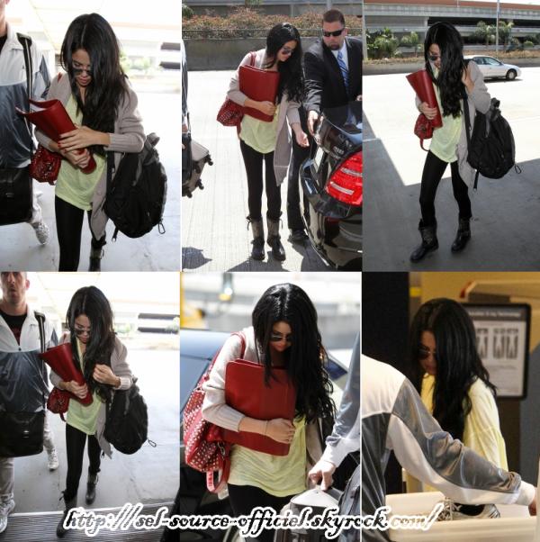 Bonjour! Selena a été aperçue hier se rendant à l'aéroport LAX pour aller vers new york