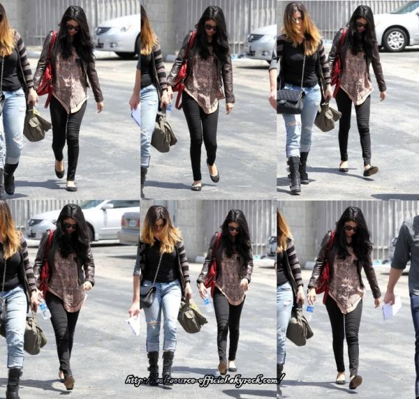 hier, Selena a été aperçue à l'aéroport de Santa Monica. Elle ne partira en Bulgarie que d'ici 10 jours.