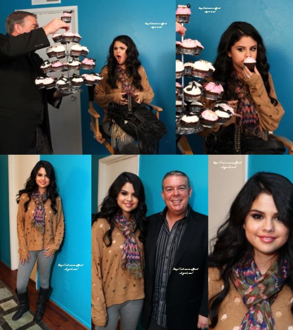 De nouvelles photos de notre belle Selena Gomez à l'émission Elvis Duran le 26 avril dernier.