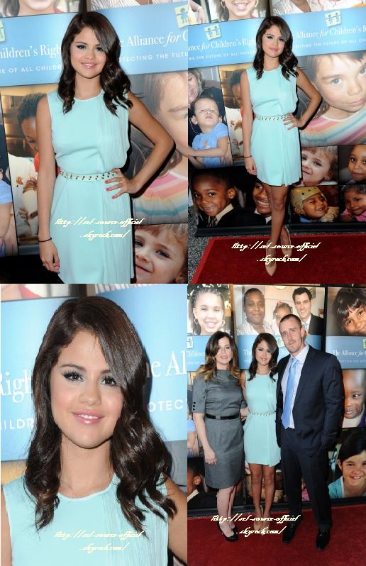 Notre belle Selena s'est rendue à un évènement, sponsorisé par la marque Avalon ''ALLIANCE FOR CHILDREN'S''. Elle porte une robe bleue claire qui lui va à ravir.