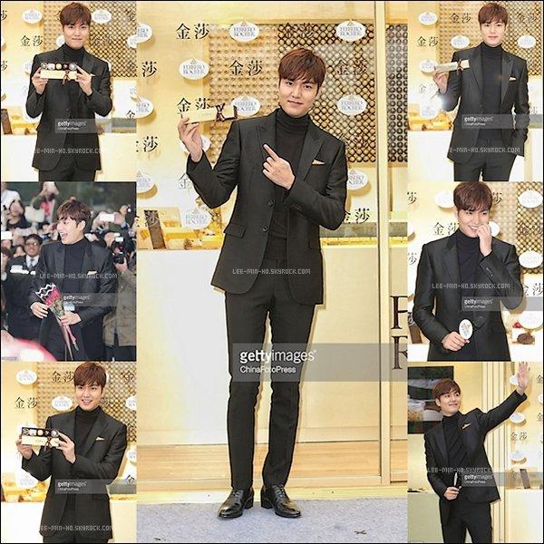 -- FLASHBACK 15/12/15: Lee Min-ho assiste à la cérémonie d'ouverture du magasin Ferrero Rocher à Taipei en Chine. Mon petit Lee Min-ho est toujours aussi mignon et toujours aussi classe. J'adore vraiment pour moi c'est un TOP. Vos Avis? --