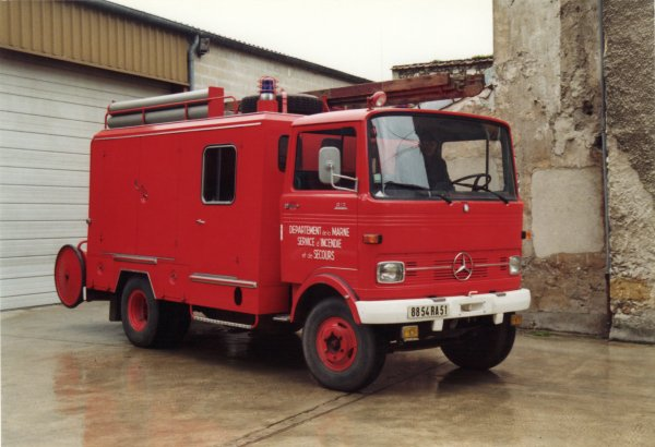 ANCIEN FI MERCEDES 813 CS DORMANS