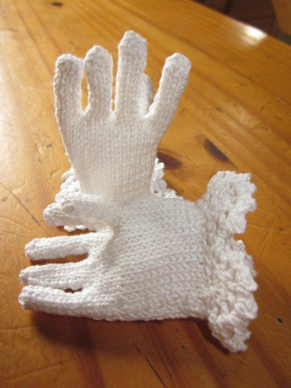 Gants pour poupée réalisés au tricot et au crochet pour la bordure