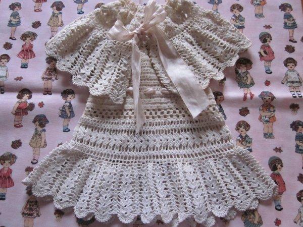 Robe pour poupée réalisée au crochet de dentelle.