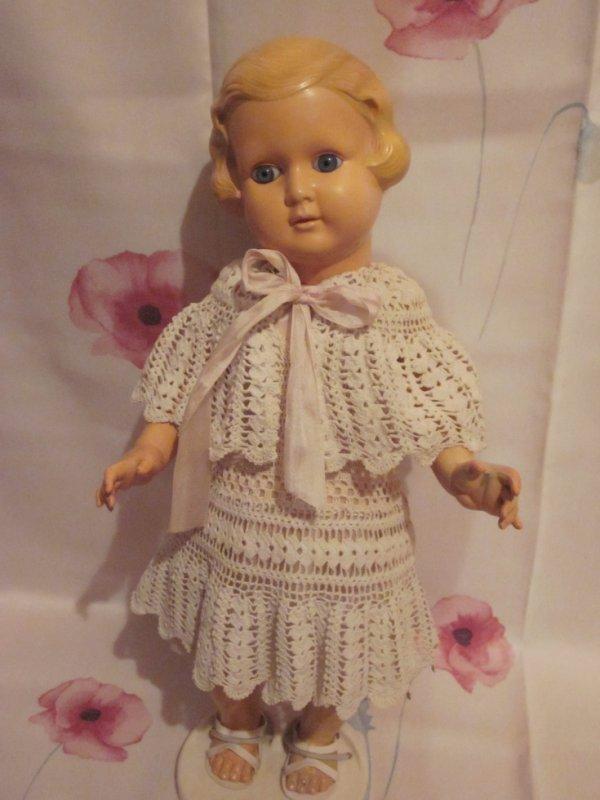 Robe et chale au crochet presenté sur une poupée Minerva