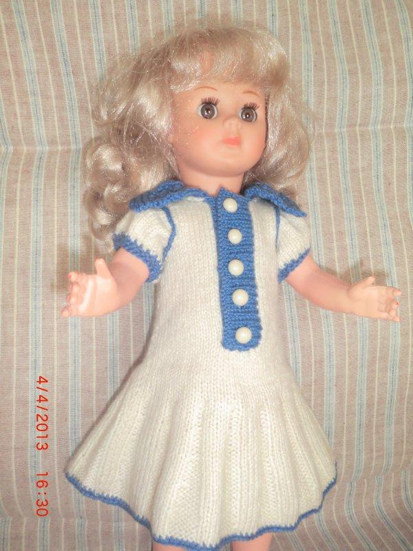 Nouvelle petite robe pour les poupées modes et travaux.
