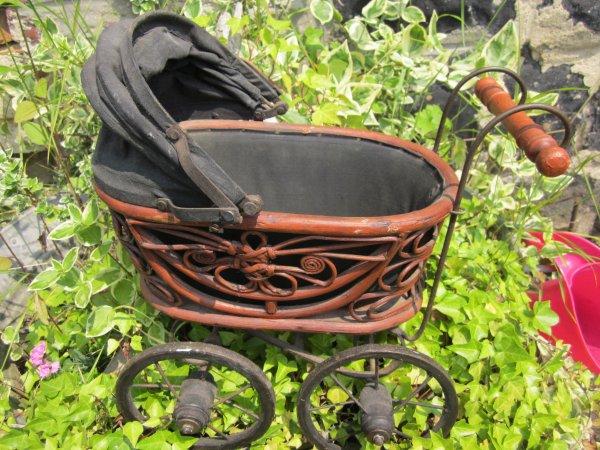Petit landau style ancien.petite chaise