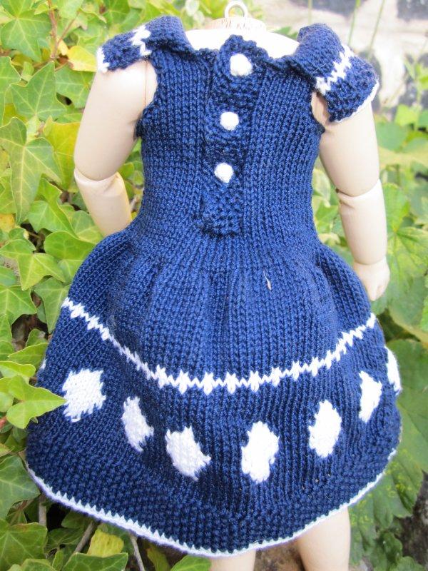 Petite robe au tricot pour notre amie Bleuette.