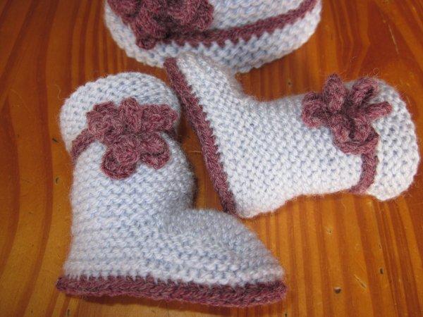 Petite veste,bonnet et petites bottines pour bébé...........