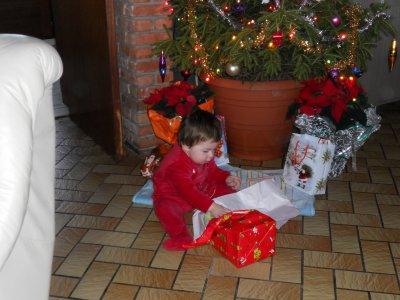 mon loulou qui ouvre ses cadeau de noel et photode nos magnifique vacances au ski