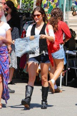 Lucy fait du shopping au marché aux puces