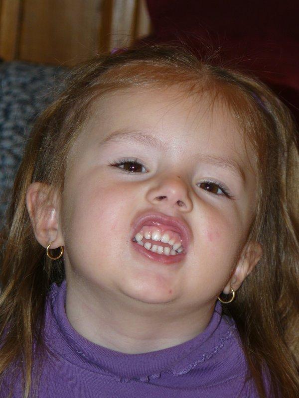 Chloée teste le sourire...