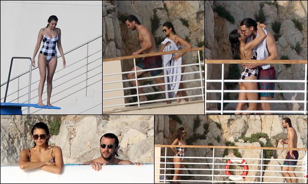 22.05.2019   ▬ Nina Dobrev  était à l'hôtel « l'hôtel Eden Roc » où elle a pu profiter de la piscine à Cannes   C'est avec son chéri Grant Mellon que la belle Nina a profité de la piscine de l'hôtel ils sont mignons tous les deux