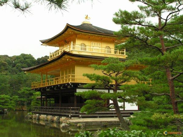 Le pavillon d'or au Japon magnifique monument