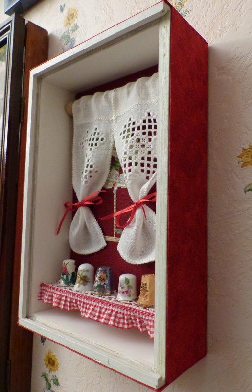 Une vitrine broderie et dés de collection.