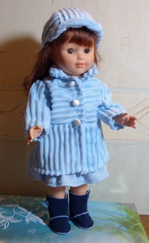 Yes!!!   Marie-Françoise a son manteau bleu.