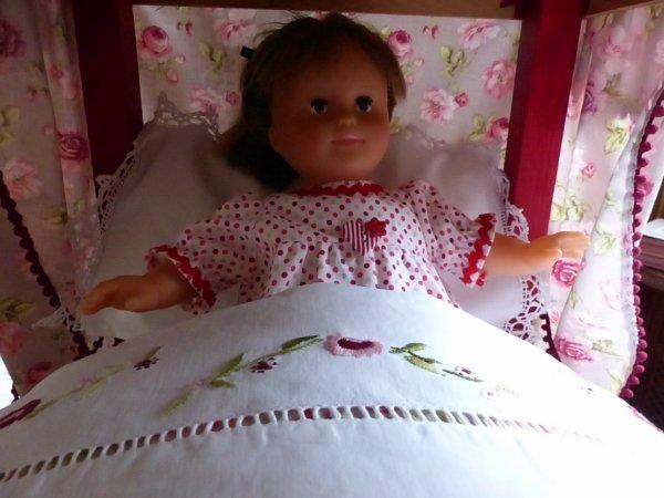 Le lit est prêt pour une douce nuit.
