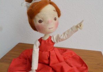 Adorable petite poupée en laine de 10 cm