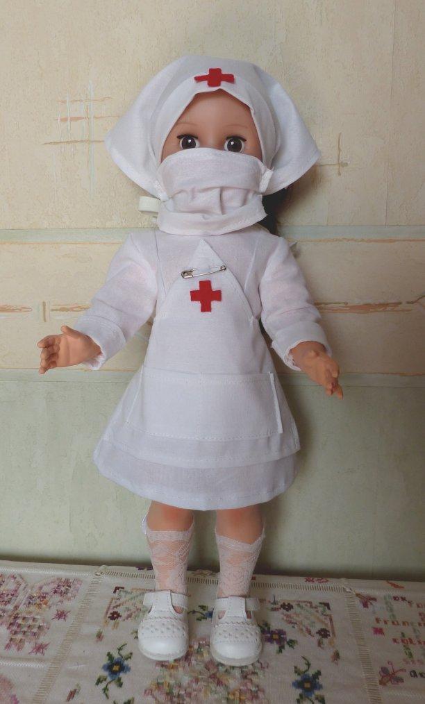 Louise en infirmière.