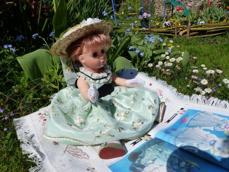 Mise en scène d'un tableau avec une poupée.
