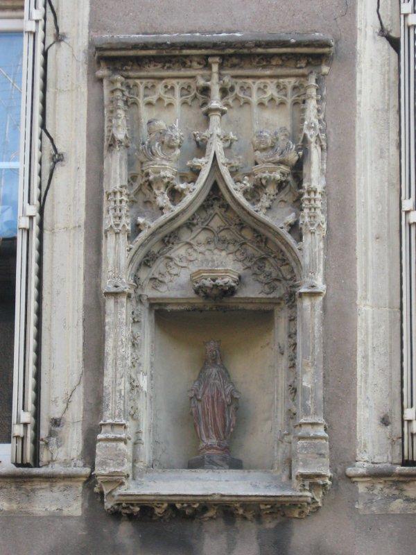 Pont à Mousson : sculpture sur façade .