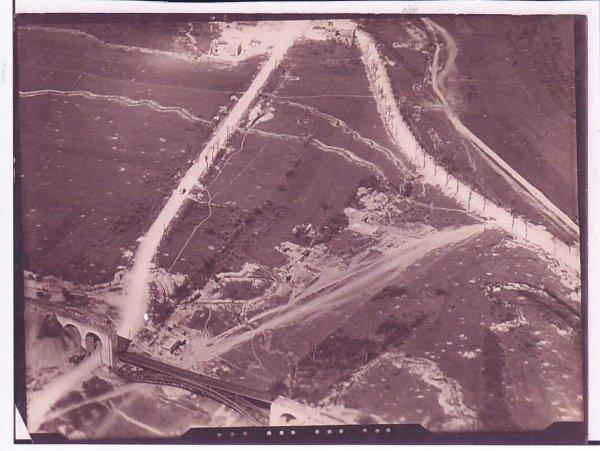 Vue aérienne du viaduc de Flirey détruit.