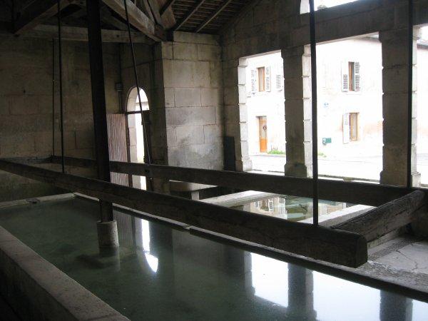 La  source  du ruisseau de l'Esch   : Dans   un village :  Jouy - sous - les côtes ( 55 )