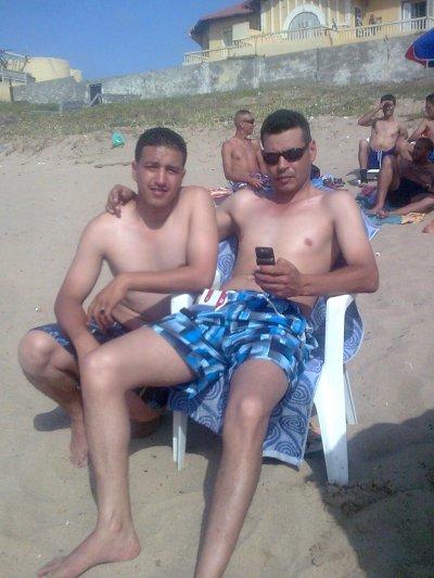 mwa avec lunettes et mon ami mustapha a la plage