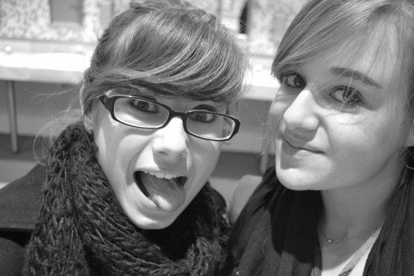 Les amis c'est comme les lunettes, ça donne l'air intelligent, mais ça se raye facilement et puis, ça fatigue. Heureusement, des fois on tombe sur des lunettes vraiment cool ! Moi, j'ai Mélanie ♥