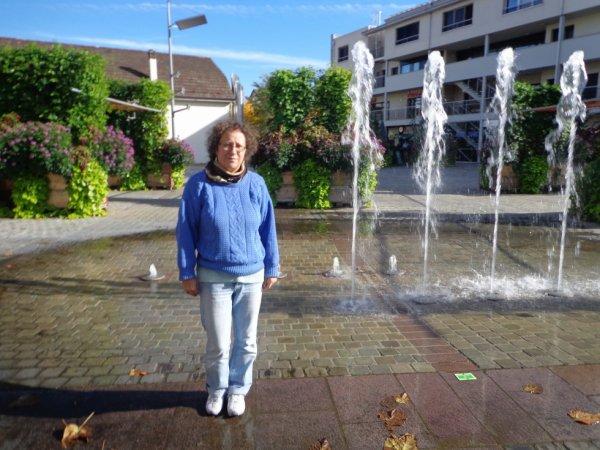 Mwa près d'une fontaine