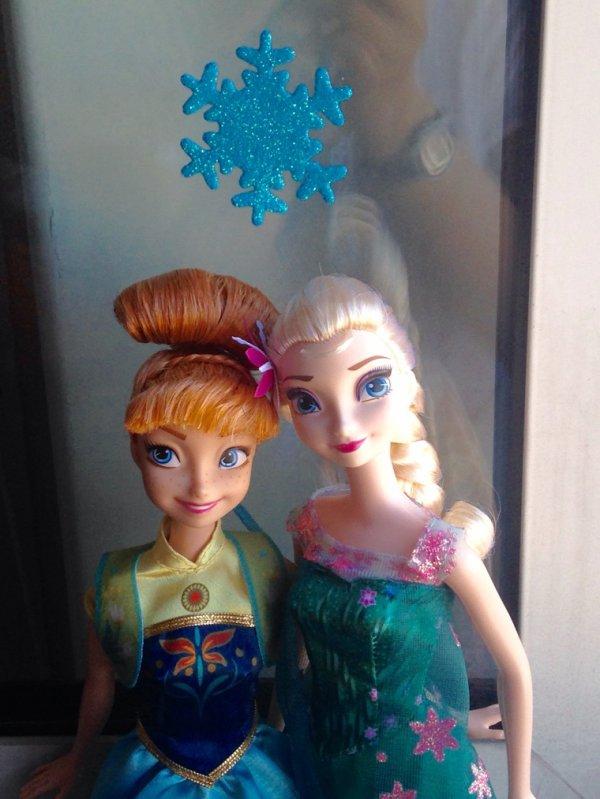 Poupées Anna et Elsa Une Fête Givrée