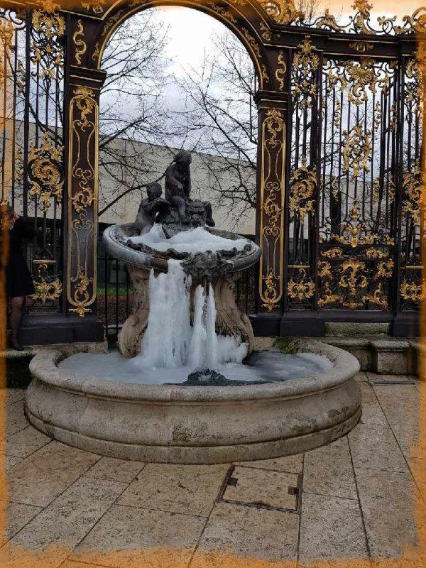 fontaine neptune prise dans la glace-  place Stanislas de Nancy
