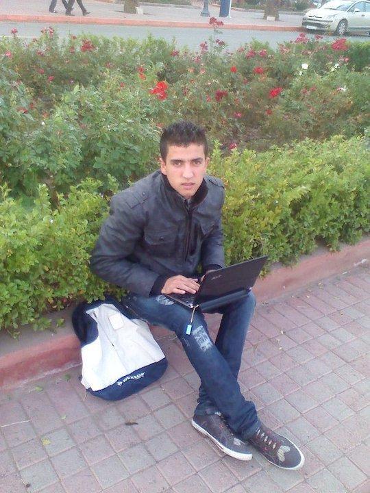à ki veut bien m'ajouter sur ( facebook ) voila my adrres ( Yassine Hajir  ) à plus ^^