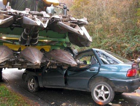 grave accident une voiture s 39 encastre dans une moissonneuse cl guer blog de eta56600. Black Bedroom Furniture Sets. Home Design Ideas