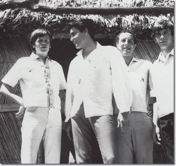 Peter Noone rend Visite à Elvis Presley sur le tournage de Paradise Hawaiian Style Août 18, 1965