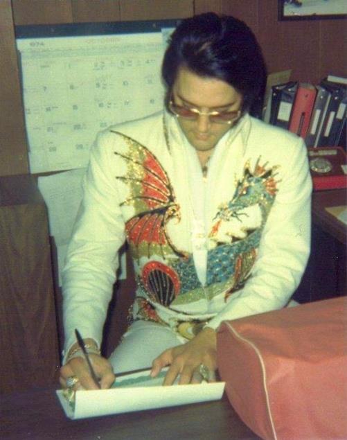 Photo sublime d'Elvis en costume de scène (Dragon Suit)