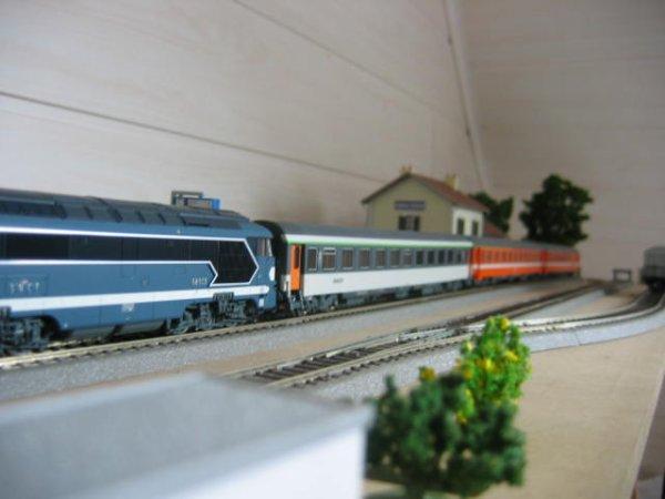 Le train de couleur corail est entré en gare.