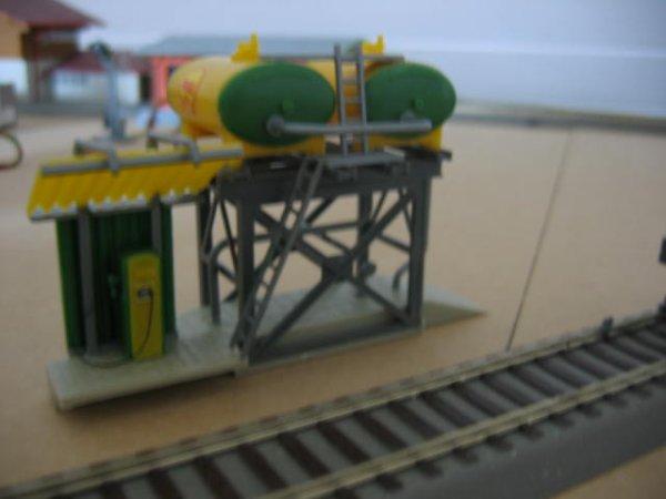 Le dépôt de carburant pour locomotive-diesel...